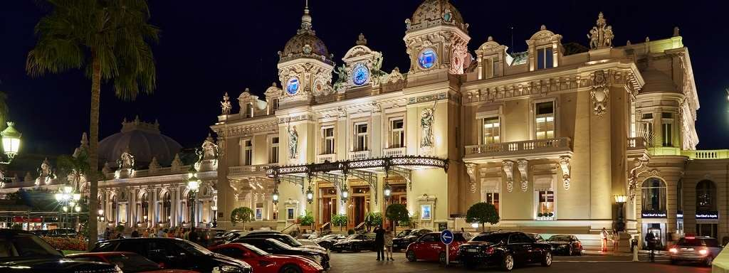 Deposit client in front of the Monte Carlo casino